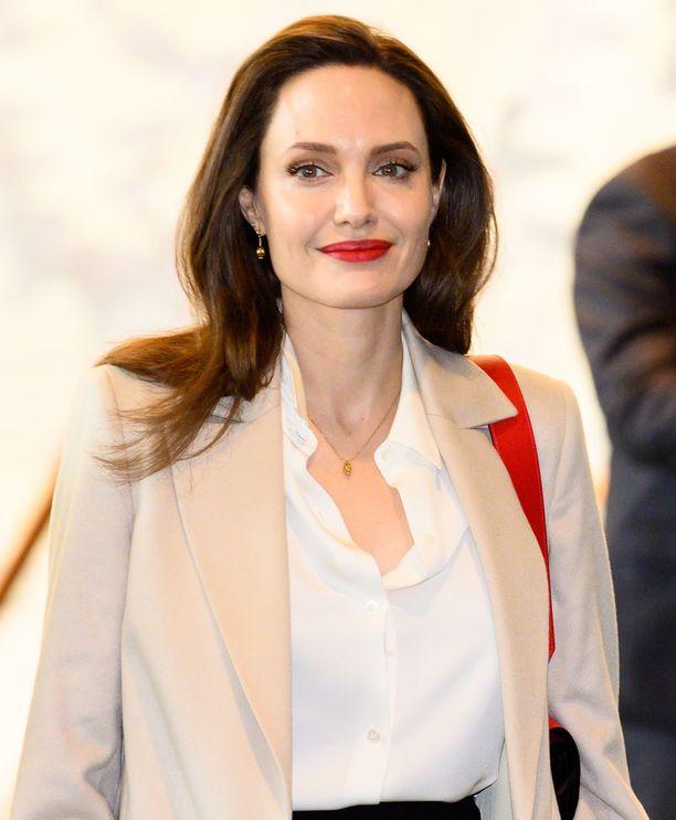 Salaliittoteorian mukaan Angelina Jolie suunnittelee maailmanvalloitusta.