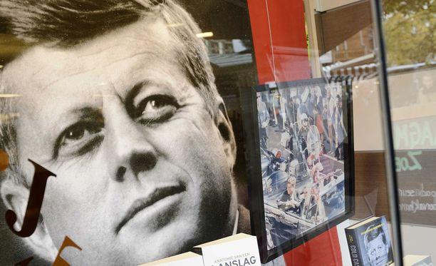 Presidentti John F. Kennedyn kuva hollantilaisen kirjakaupan julisteessa.