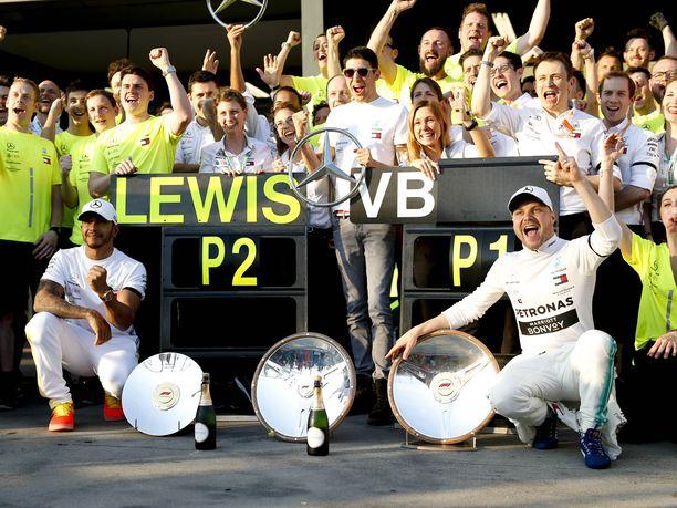 Lewis Hamiltonin ja Valtteri Bottaksen yhteistyö on sujunut tähän saakka mutkattomasti. Kolmoskuljettaja Esteban Ocon (keskellä) arvelee, että MM-taiston käydessä kuumemmaksi Mercedes-kuljettajien välit sattavat viiletä.