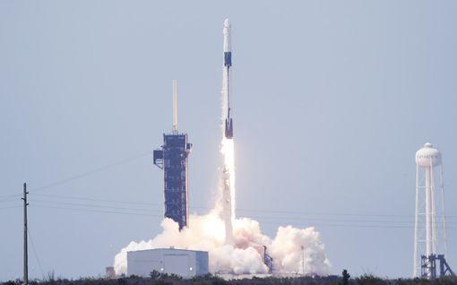Historiallinen laukaisu onnistui: SpaceX onnistui lähettämään raketin miehistöineen kohti avaruutta