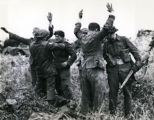 Liittoutuneiden sotilaat ottivat saksalaisia vangeiksi heinäkuussa 1944.