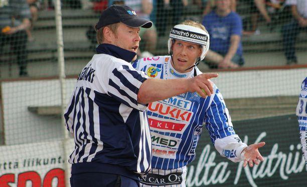 Henri Puputti (oikealla) joutuu jättämään miesten Superpesiksen ratkaisevan finaalin väliin.