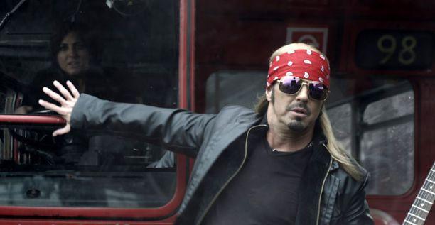 Poisonin keulahahmo Bret Michaels rokkaa, vaikka haita lentelisi vasemmalta ja oikealta.