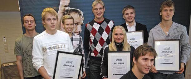 Sami Hyypiä poseerasi tukemiensa urheilijoiden kanssa.