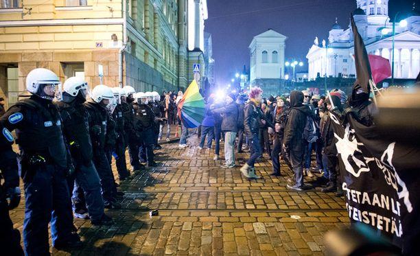 Poliisi ja mielenosoittajat kohtasivat Helsingin Senaatintorilla.