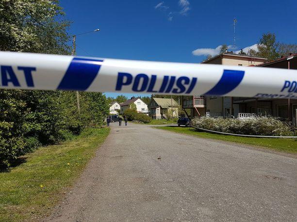 Poliisi eristi rikospaikan teknistä tutkintaa varten.