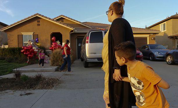 Lasten talolle on tuotu kynttilöitä ja leluja.
