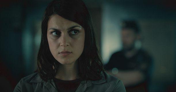 Mimosa Willamo näyttelee nuorta rikostarkastajaa Mariana Hermanssonia, joka alkaa tutkia ihmiskauppatapausta.