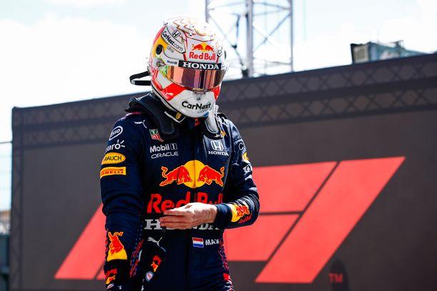 Max Verstappen varikolla aika-ajopettymyksen jälkeen.