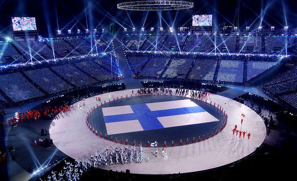 Janne Ahonen johdatti 59 suomalaisurheilijan joukon Pyeongchangin olympiastadionille.