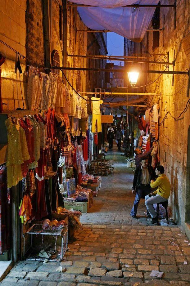 Aleppon vanhan kaupungin basaarikujien vilkasta iltatunnelmaa vuonna 2009.