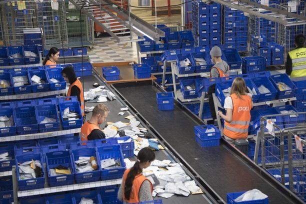 Kiinalaisten verkkokauppojen kaupankäynti Suomeen on vilkasta. Kiinalaisia kirjepaketteja lajitellaan Postin pääkonttorilla.