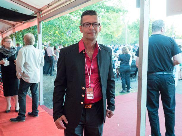 Laulaja Pepe Enroth voitti tangosenioreiden laulukilpailun. Hän esitti muun muassa kappaleet Hiekkaa ja Tulivuori.- 42 vuotta olen tehnyt uraa laulajana. Nyt se palkittiin, jo 1990-luvun alussa tangokuningasfinaalissa kilpaillut Enroth iloitsi.
