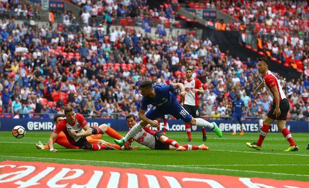 Neljä Soton-pakkia ja maalivahti Alex McCarthy ovat voimattomia: Olivier Giroud siirtää Chelsean Englannin cupin finaaliin.