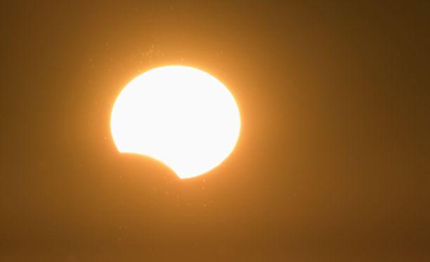 Lauantain auringonpimennystä ei sovi katsoa paljaalla silmällä. Kuvituskuva auringonpimennyksestä.