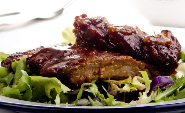 Ribsit eivät kaipaa kylkeensä kuin raikasta salaattia ja kylmää juomaa.