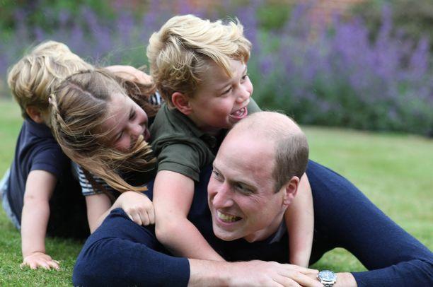Cambridgen herttuaperhe temmeltää iloisena prinssi Williamin syntymäpäivän kunniaksi julkaistussa kuvassa.