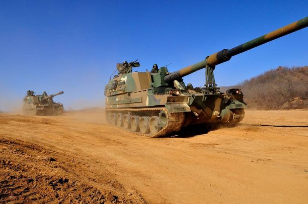 Tällaisia eteläkorealaisia K9-panssarihaupitseja Suomi on hankkimassa vanhan neuvostoliittolaisen tykkikaluston tilalle.