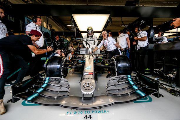Lewis Hamilton pilasi Alexander Albonin kilpailun.