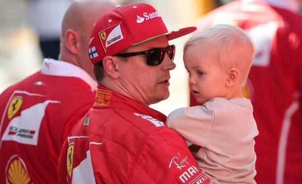 Kimi Räikkönen sai onnittelut huippuajastaan pojaltaan Robinilta.