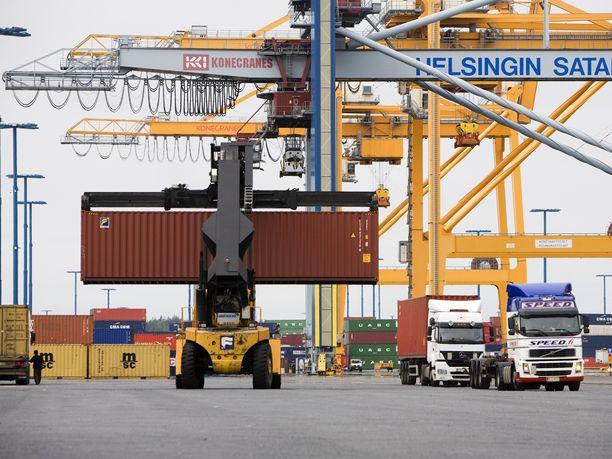 Vuosaaren satama Helsingissä on Suomen merkittävin tuontisatama. Myös se olisi perjantaista eteenpäin satamatyönjohtajien lakon piirissä.