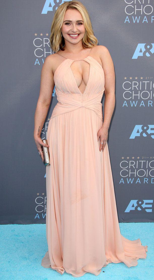 Hayden Panettiere on pitänyt lomaa näyttelemisestä toipuakseen synnytyksen jälkeisestä masennuksesta. Panettiere edusti antavassa kaula-aukossa ja oli ehdolla roolistaan Nashville-sarjassa.