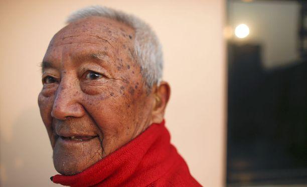 Min Bahadur Sherchan kuvattuna kotonaan Kathmandussa huhtikuun alussa ennen kohtalokkaan vuorikiipeilyretkensä alkua.