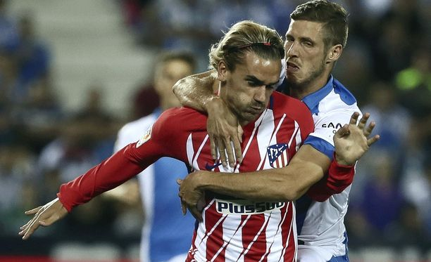 Rubén Pérez otti Antoine Griezmannin hellään syleisyynsä ottelun tiimellyksessä.