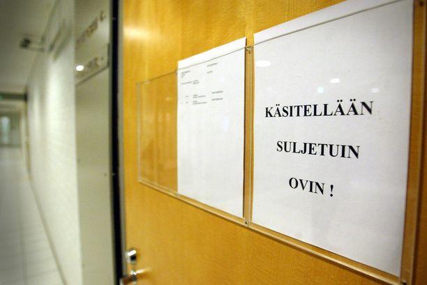 Käräjäoikeus käsitteli lasten hyväksikäytön ja väitetyn törkeän raiskauksen suljetuin ovin. Kuvituskuva Oulun käräjäoikeudesta.