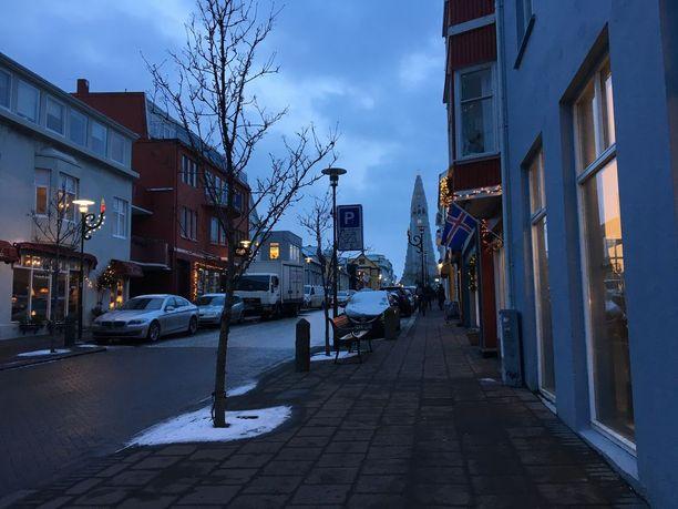 Tammikuussa Islannissa voi puolenpäivän aikaan olla varsin hämärää. Kadun päässä näkyy Hallgrímskirkja.