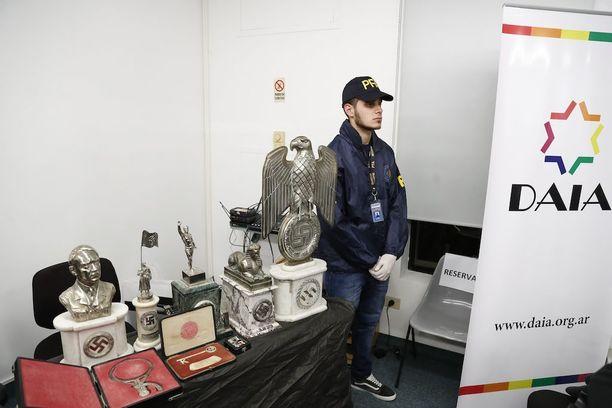 Kotietsinnässä löytyneitä esineitä esiteltiin Argentiinan sisäministeriön maanantaina järjestämässä tiedotustilaisuudessa.