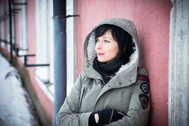 - Sitten, kun feministit ryhtyvät tukemaan toisia naisia kautta linjan, alan kutsua itseäni feministiksi, Katariina Souri sanoo Iltalehdelle.