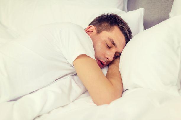 Kylkinukkuja tarvitsee yleensä tavallista tukevamman ja korkeamman, muotoillun tyynyn.