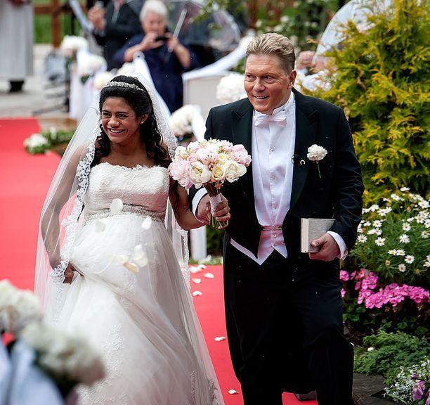 Vesa ja Jane avioituivat juhannuksena Tuurissa.