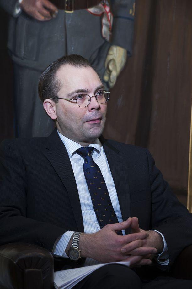 Puolustusministeri Jussi Niinistö ei suostu tässä vaiheessa vastaamaan kansanedustajien kritiikkiin, vaan vastaa siihen myöhemmin kirjallisesti.