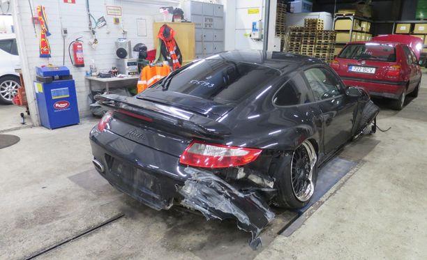 Näissä kuvissa Porsche vasta odotti vaurioituneiden osien purkua.