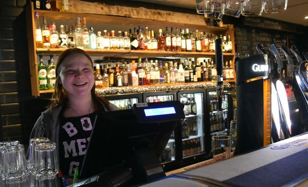 Pub Peräkammari anniskelee jatkossa viikonloppuisin aamuneljään ja on auki viiteen. Yrittäjä Jenna Ranta-Mannila pitää uutta alkoholilakia tervetulleena uudistuksena.