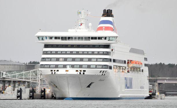 Tallink Siljan Romantika jatkoi matkaansa kohti Riikaa keulaikkunan rikkoutumisesta huolimatta.