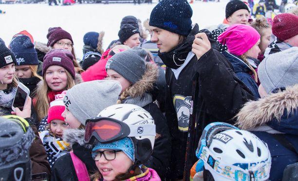 Sebastian Ahon ympärillä oli pelin jälkeen massiivinen nuorien fanien lauma.