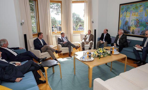 Presidentti Niinistö julkaisi Facebook-tilillään kuvan tapaamisestaan yhdysvaltalaisedustajien kanssa.