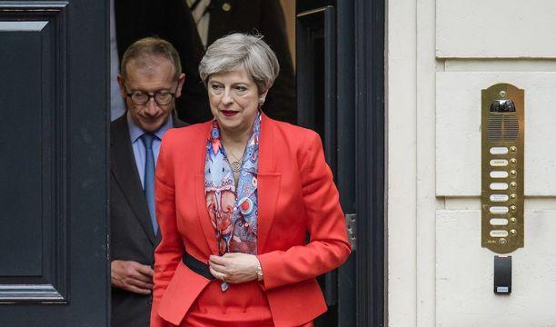Theresa May lähti perjantaina konservatiivipuolueen keskustoimistosta Lontoossa rinnallaan aviomies Philip.