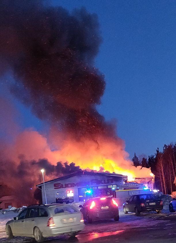 Rovaniemeläisestä akkukaupasta kohosi suuri savupatsas taivaalle.
