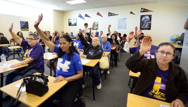 Demokraattien vaalikokouksessa Las Vegasissa äänestettin viittaamalla. Kuvassa Hillary Clintonin kannattajat.