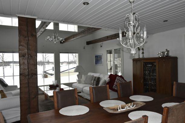 Villa Nietoksessa on ruokailujakin varten kaksi erillistä tilaa.