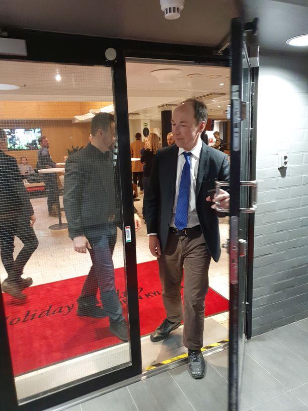 Puheenjohtaja Jussi Halla-aho saapui kokoukseen.