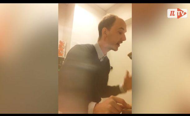Musiikinopettaja esitteli räppäystaitojaan koulun aamunavauksessa. Palaute on ollut voittopuolisesti positiivista.
