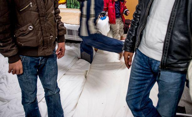 Turvapaikanhakijoiden psyykkiset ongelmat nousivat esille, kun Kotkan Laajakosken vastaanottokeskuksessa mies riehui veitsen kanssa ja puukotti yhtä asukasta kaulaan viime torstaina. Kuvituskuva.