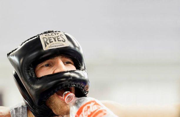 Sparrauskypärä suojaa Edis Tatlia harjoituksissa, mutta ammattilaiskehässä nyrkkeilijä kohtaa vastustajan paljain päin.