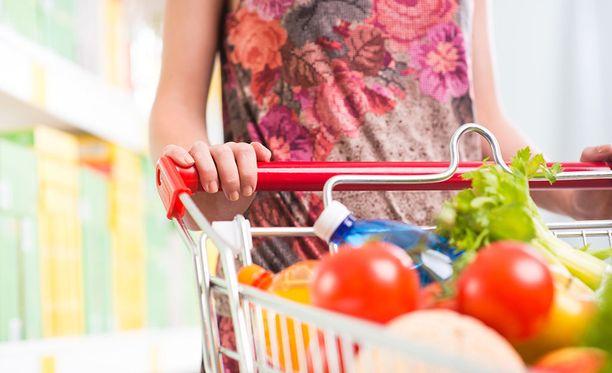 Isoihin kärryihin tulee helposti napattua ylimääräisiä ostoksia. Pidä silmät auki.
