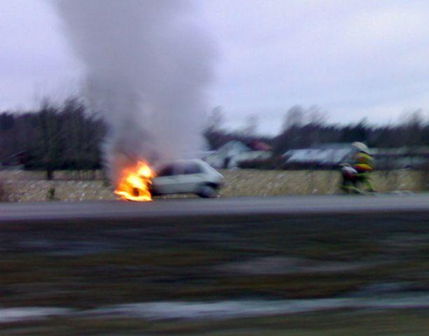 Henkilöauto paloi ilmiliekeissä Lahdentiellä.